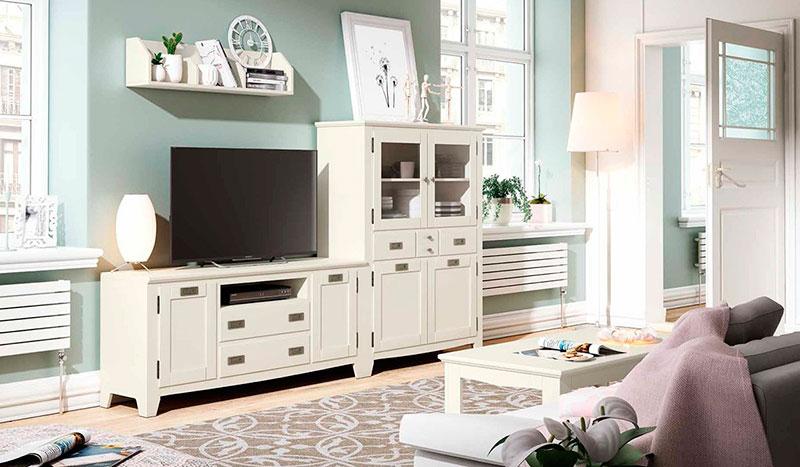 composicion colonial blanca para el salon con mueble tv, vitrina aparador y mesa de centro.